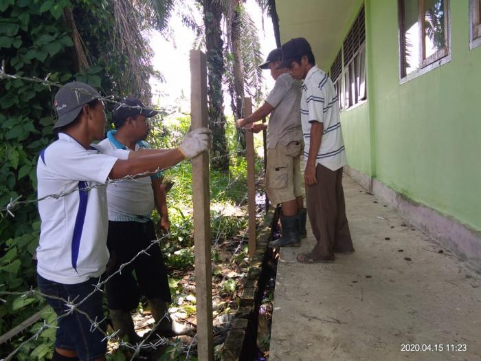 Gotong Royong Membenahi Lingkungan Madrasah